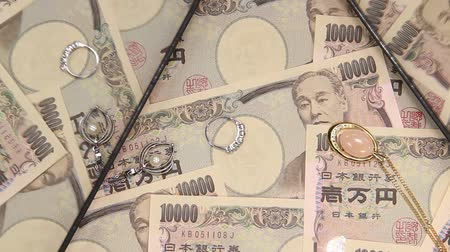 кулон : 10000 yen bill and jewelry reflecting in the mirror