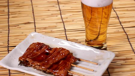 унаги : Kabayaki, roasted eel with sauce and beer Стоковые видеозаписи
