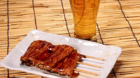 слепой : Kabayaki, roasted eel with sauce and beer Стоковые видеозаписи