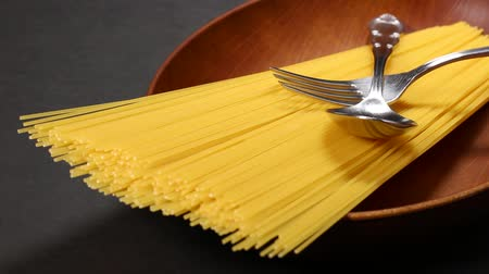 kurutma : Thin and long dry italian pasta and fork and spoon Stok Video