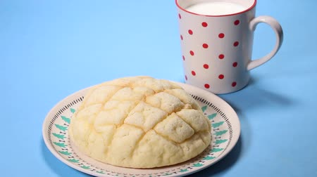 melão : Japanese bread ,Melon pan and milk