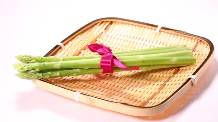 espargos : Asparagus tied with ribbon on the colander Stock Footage