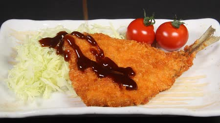 скумбрия : pouring sauce onto deep fried horse mackerel Стоковые видеозаписи