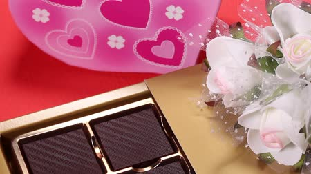 em forma de : Chocolate in a box and Artificial flower