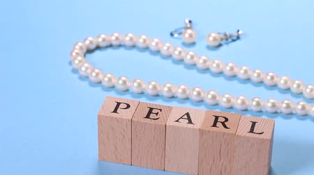 colar : Pearl Necklace and earrings and character of PEARL