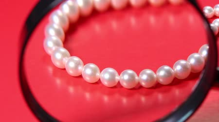 büyütmek : Pearl Necklace and Magnifying glass