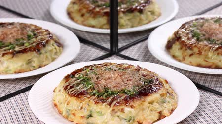 majonez : Japanese food  Okonomiyaki reflecting in the mirror Wideo