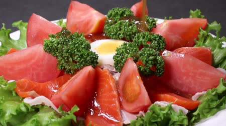 жесткий : pour the dressing on the salmon salad