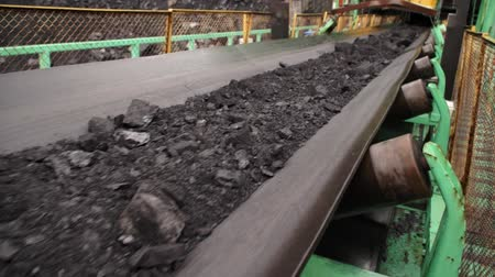 důl : Coal on conveyor belt in rainy weather