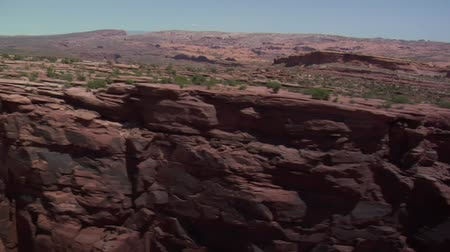 vaha : aerial shot of red rock cliffs faces Stok Video