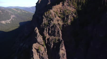 wspinaczka górska : aerial shot of mountain peaks and cliff walls Wideo