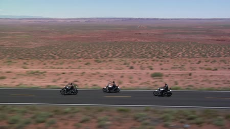 desolazione : Ripresa aerea di tre moto su Monument Valley Highway