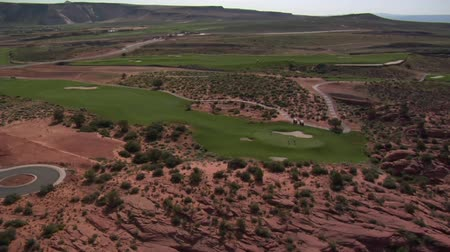 golf sahası : Aerial shot of golfers on desert course