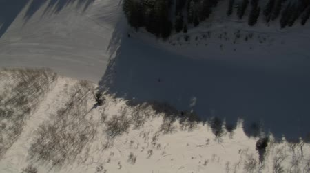 лыжник : aerial shot of skiers rotating 360 Стоковые видеозаписи