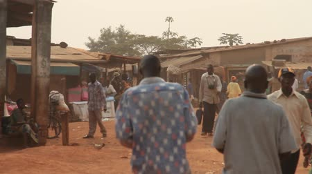 targ : walking through African marketplace with children Wideo