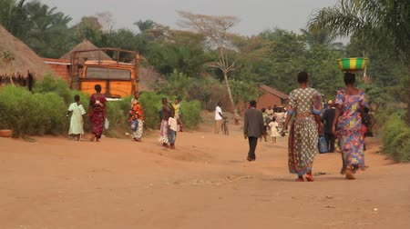 venkovský : rural African road with people carrying produce on head