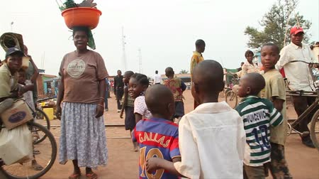 vila : walking through African marketplace with children Vídeos