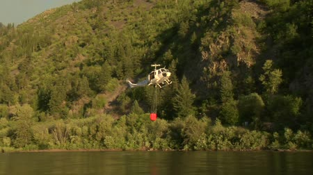 letectví : firefighting helicopter collects water from river Dostupné videozáznamy