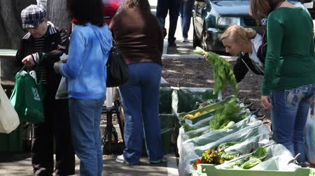 agricultores : people shop for vegetables at Farmers market