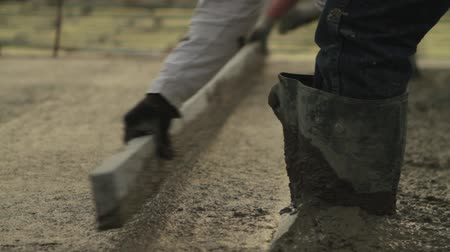 beton :  smoothing newly poured concrete
