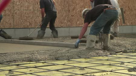 beton : crew smooths newly poured concrete Stok Video