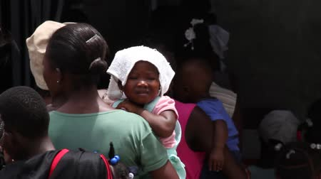 bída : lines of people at vaccination clinic in Haiti