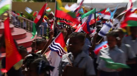 földrengés : Haitian children wave international flags