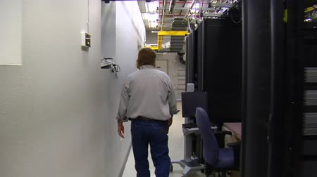 technikus : IT technician walks in computer server room