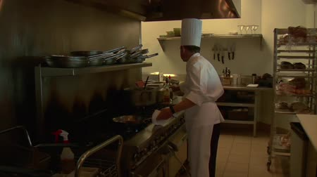 konyha : chef prepares food and cooks with flaming pan