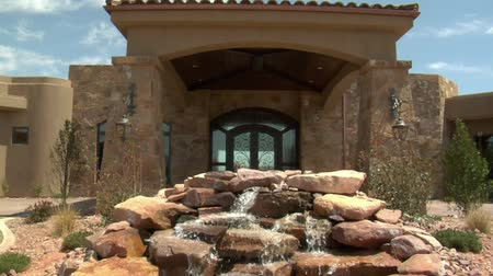 konak : large desert home with waterfall Stok Video