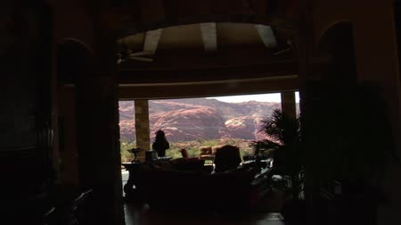 luksus : steadicam into large desert home with incredible view