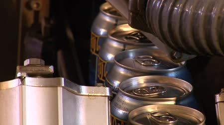 bira fabrikası : close-up of beer cans on assembly line Stok Video