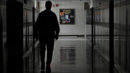 pesten : Shot van een school hal met metalen lockers Stockvideo