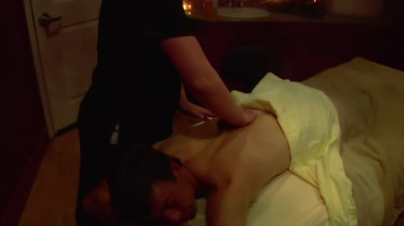 relax : de mens is massaged tilt omlaag Stockvideo