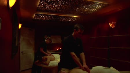 faíscas : wide tilt down of couples massage