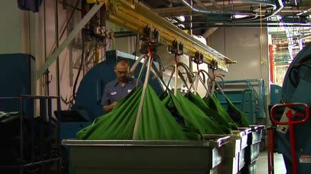 hidráulico : Large green bags being lifted by hydraulics Stock Footage