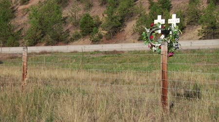 országúti : Traffic passes roadside crosses