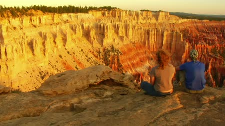 backpacker : dolly colpo di coppia al Bryce Canyon National Parkv Filmati Stock