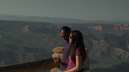 backpacker : coppia a bordo Overlook Bryce Canyon Parco nazionale Filmati Stock