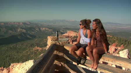 backpacker : due donne a bordo Overlook Parco nazionale di Bryce Canyon