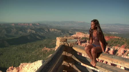 backpacker : donna a bordo Overlook Bryce Canyon Parco nazionale Filmati Stock