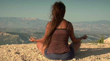 natura : woman meditates above Bryce Canyon national Park