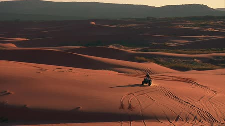 pull back from ATV riders to wide Vista of desert sand dunes Wideo