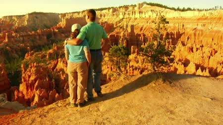 Jib shot of couple at Bryce Canyon national Park Wideo