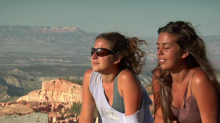 two women at rim Overlook Bryce Canyon national Park Wideo
