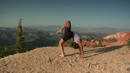 tek başına : Woman does yoga above Bryce Canyon national Park Stok Video