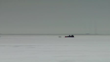sůl : dragster passes camera at high speed on Bonneville salt Flats