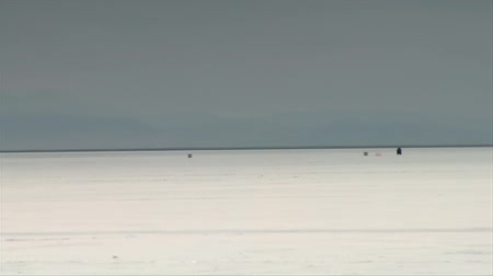 wyscigi : motorcycle passes camera at high speed on Bonneville salt Flats