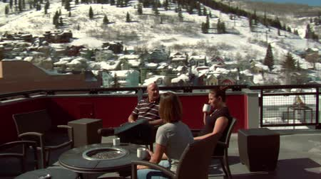 tubérculo : people enjoy sunny  winter weather on the rooftop in Park city Utah