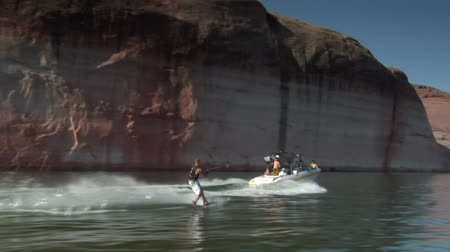 rennboot : Slow-Motion-Schnellboot zieht Wakeboarder Lake Powell Utah